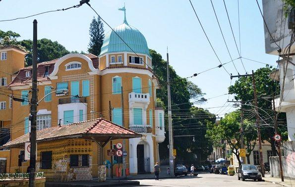 Batiment coloré dans une rue de Rio de Janeiro - Brésil   Au Tigre Vanillé