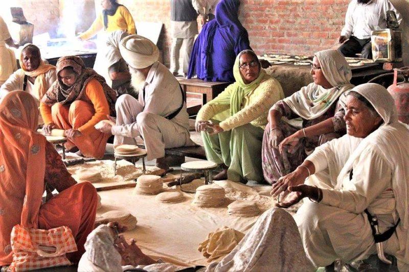 Femmes faisant la cuisine derrière les tempes à Amritsar en Inde du Nord   Au Tigre Vanillé