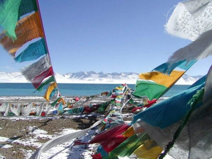 Drapeaux de prière au lac Namtso - Tibet | Au Tigre Vanillé