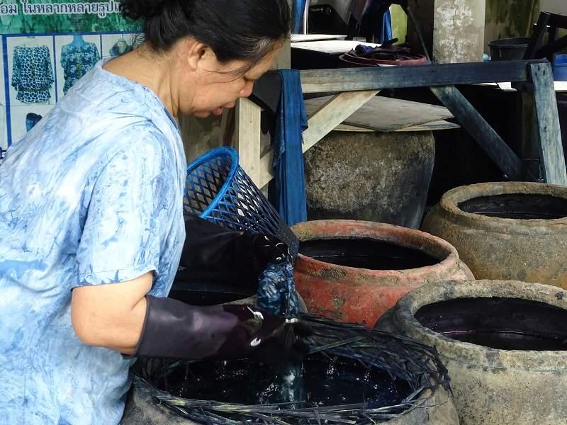 Femme faisant de la teinture à l'indigo - Thaïlande   Au Tigre Vanillé